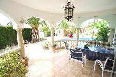 Villa en Miami Playa - GRANADA Villa piscina, jardín, BBQ, Wifi gratis